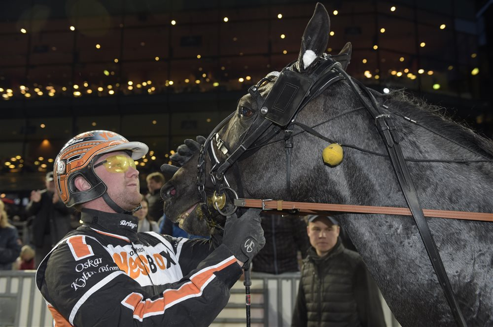 Oskar Kylin Blom klappar Antonio Tabac efter segern.jpg (1)